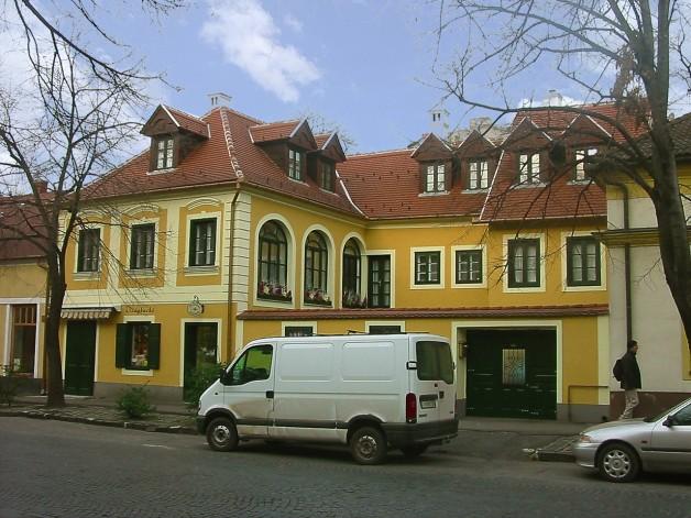 Ház a várfalak alatt